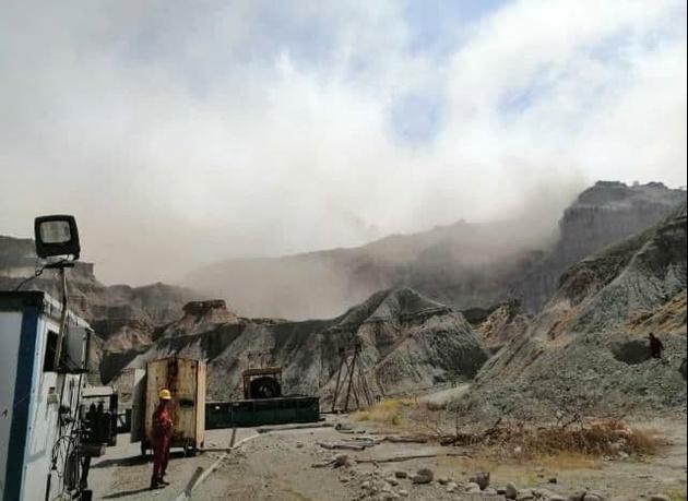 فیلم| ریزش کوههای اطراف گناوه بر اثر زلزله