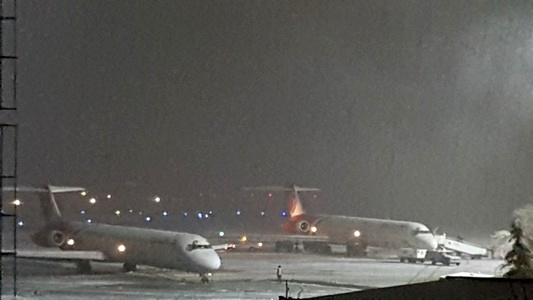 سطوح پروازی فرودگاه ارومیه از برف پاکسازی شد