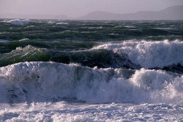 دریای مازندران در تعطیلات عیدفطر توفانی است