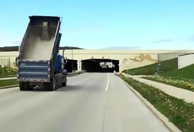 فیلم| تصادف کامیون با تابلو راهنمایی و رانندگی