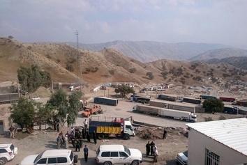 صف طولانی کامیونها در مرز سراوان