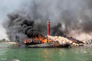 آتشسوزی لنجها در بندر عامری تنگستان