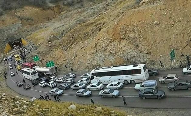 انسداد موقت جاده فیروزکوه به دلیل نشت گازوئیل
