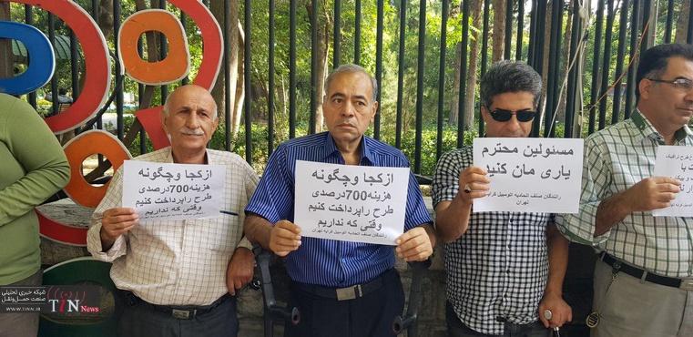 (تصاویر) تجمع مالکان آژانسها؛ اینبار مقابل شورای شهر