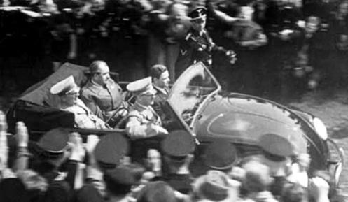 پورشه و هیتلر در کنار هم داخل فولکس قورباغه ای