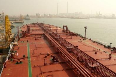 ادعای بلومبرگ: ایران شروع به ذخیرهسازی نفت روی دریا کرد